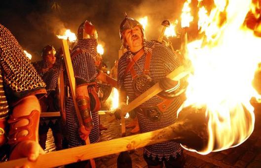 hogmenay-bonfire-l_1213484i